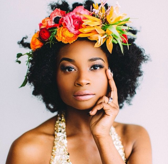 coiffure mariage afro fleurs cheveux