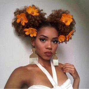 coiffure mariage afro frisés fleurs