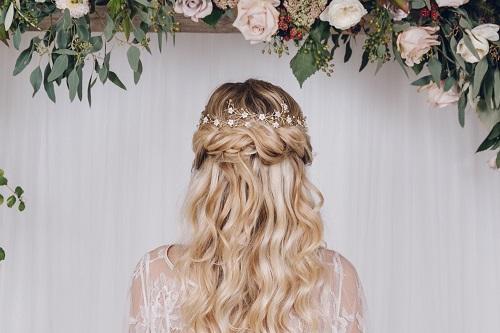 coiffure mariage. boucles détendues avec une fleur